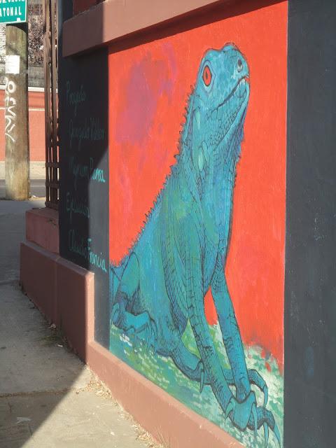Iguana, reproduccion en muro de la obra del artista Klaudio Vidal. Foto: www.murosquemiranelmar.org