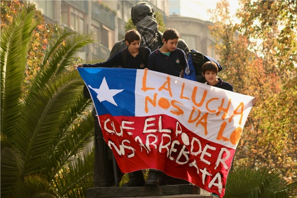Children protesting safely from the top of a monument. Photo: Martín Covera.