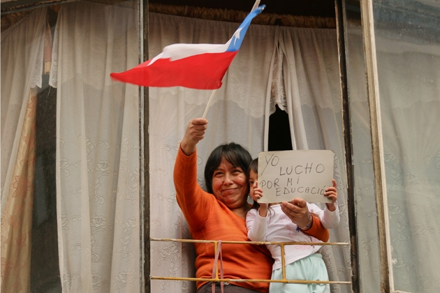 Chilean mum protesting from her window. Photo: Martín Covera.