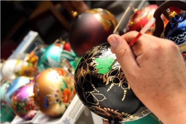 Manufactura de adornos navideños locales en Chignahuapan, estado de Puebla. Foto: Puebla Travel