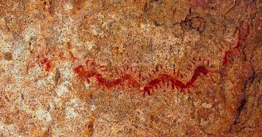 Serpiente o ciempiés. Fragmento de mural. Sitio Incahuasi, Desierto de Atacama, Chile. Foto: Ximena Jordán.