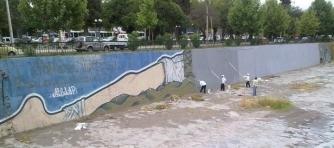 Mural en proceso de borrado. Foto: www.eldinamo.cl