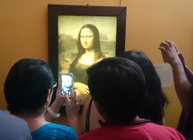 Espectadores fotografiando una reproducción digital de la Gioconda. Centro Nacional de las Artes, Ciudad de México. Foto: Marco A. López Sánchez