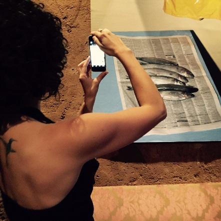 Espectadora fotografiando una pintura. Centro Cultural Gabriela Mistral, Chile. Foto: Verónica Jordán.