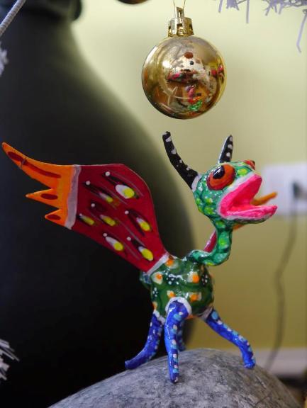 Alebrije y bola de Navidad. Foto: Verónica Jordán